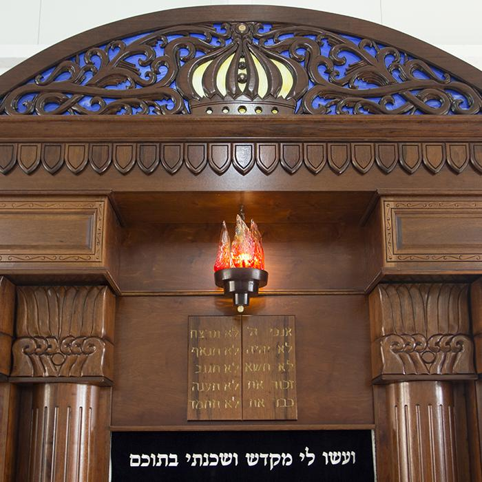 Breslav-Synagogue-Bet-Shemesh-wood-carving-glass-crown with details.