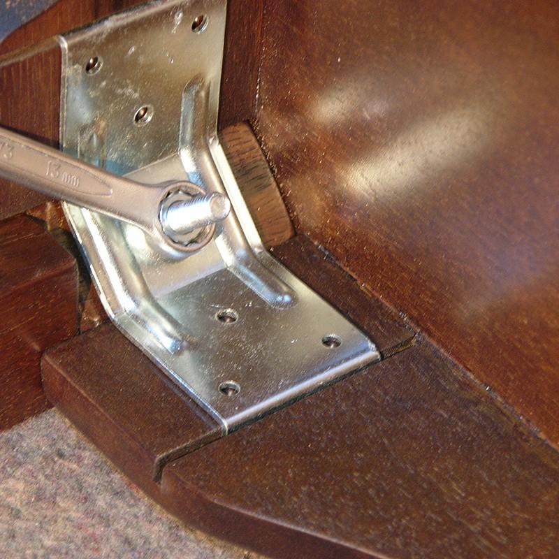 metal bracket for leg attachment
