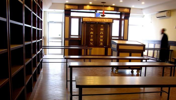 Toronto Yeshiva Aron Kodesh and shelves