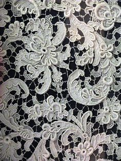 mechitza curtain with deep relief laced fabric