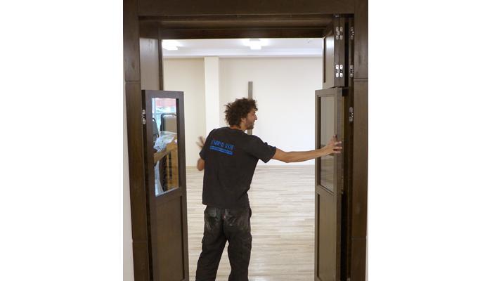 one way mirror open mechitza doors