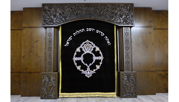 Carved synagogue furniture aron kodesh