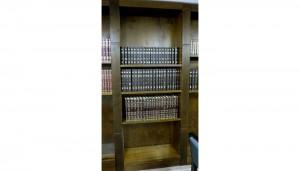 Library shelves Toronto Synagogue